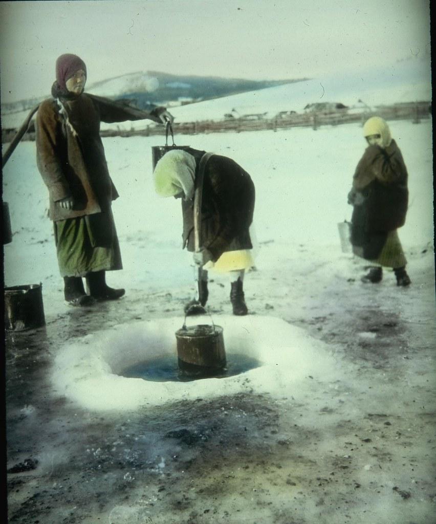 Крестьянки набирают воду из проруби