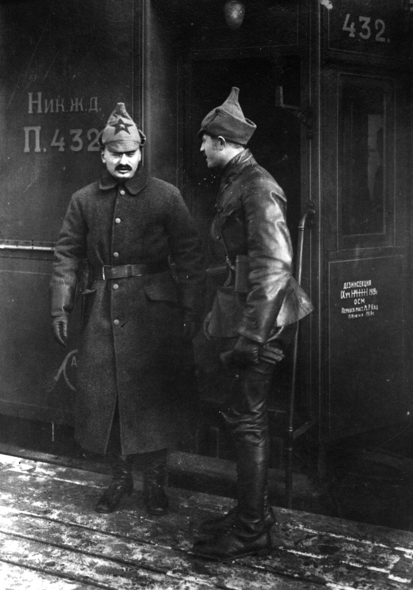 Л.Троцкий во время поездки на фронт