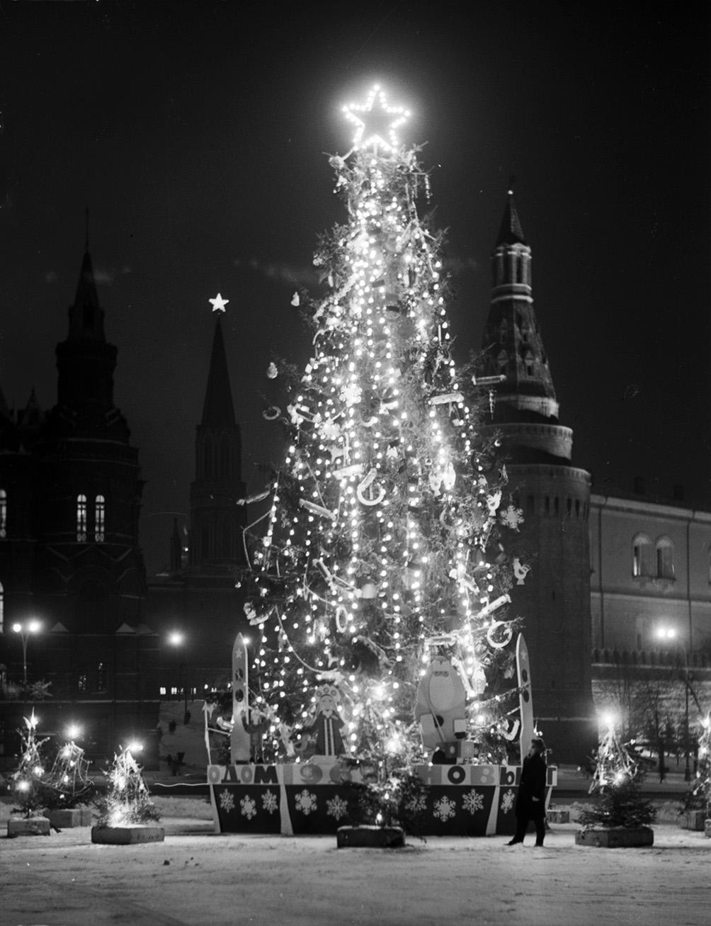 1968. Иллюминированная ёлка на площади 50-летия Октября. Автор Н. Грановский. 22 декабря