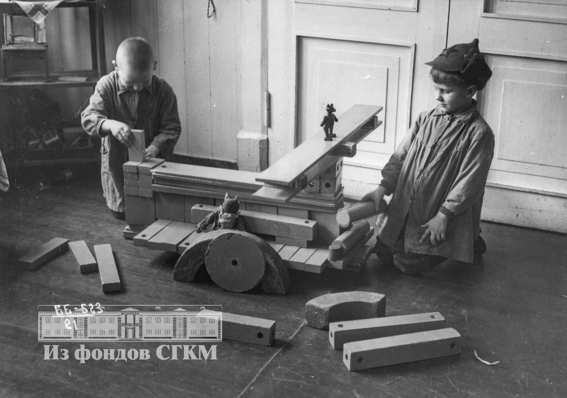 1940. Детский сад строительства. Старшая группа, сборка самолета