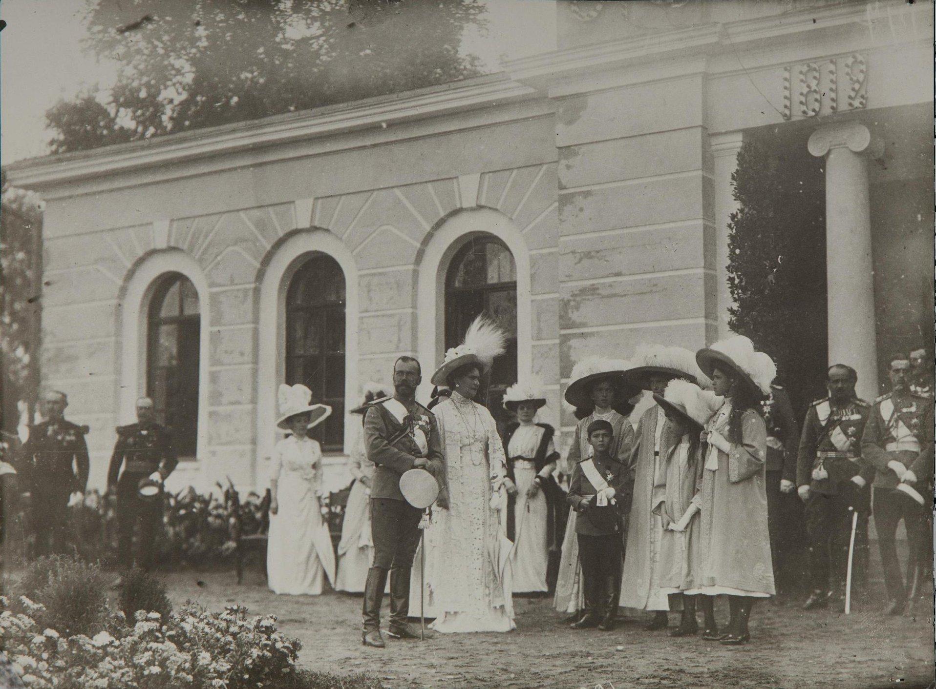 1912. Императорская семья во время Бородинских торжеств.