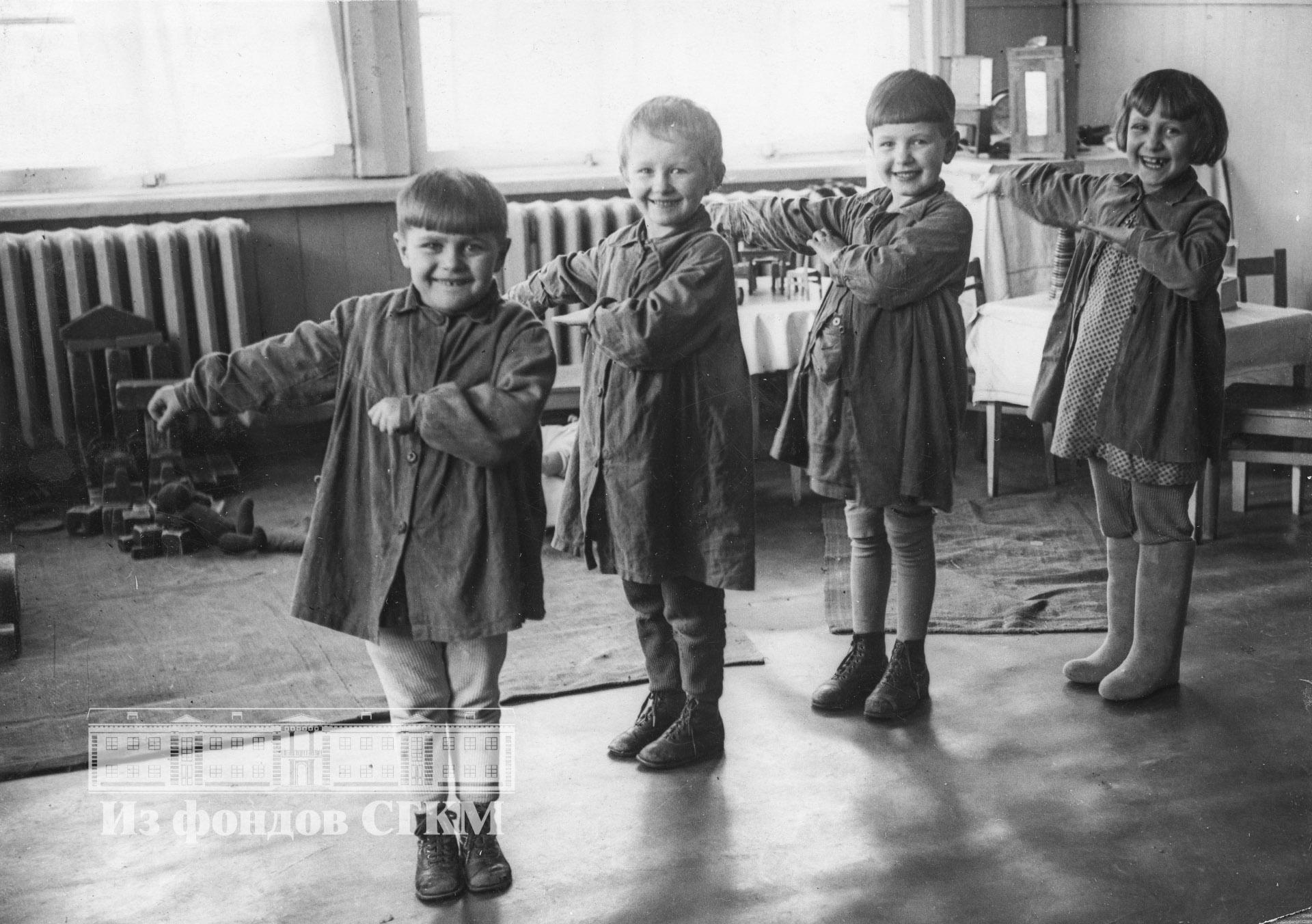1940. Детский сад строительства. Старшая группа, урок танцев.