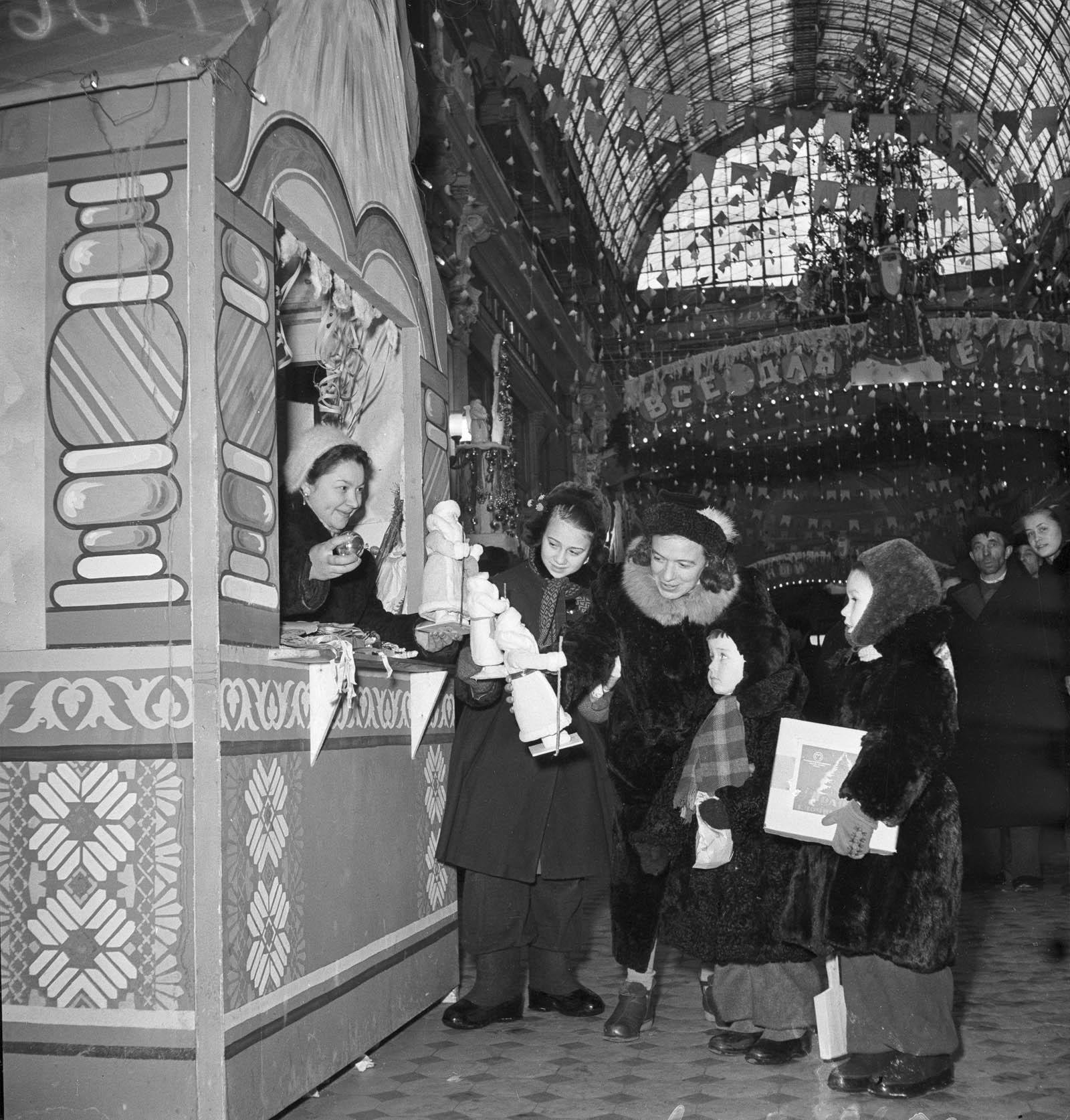 1955. В магазине Петровский пассаж в канун Нового года. Автор А. Агапов. Декабрь