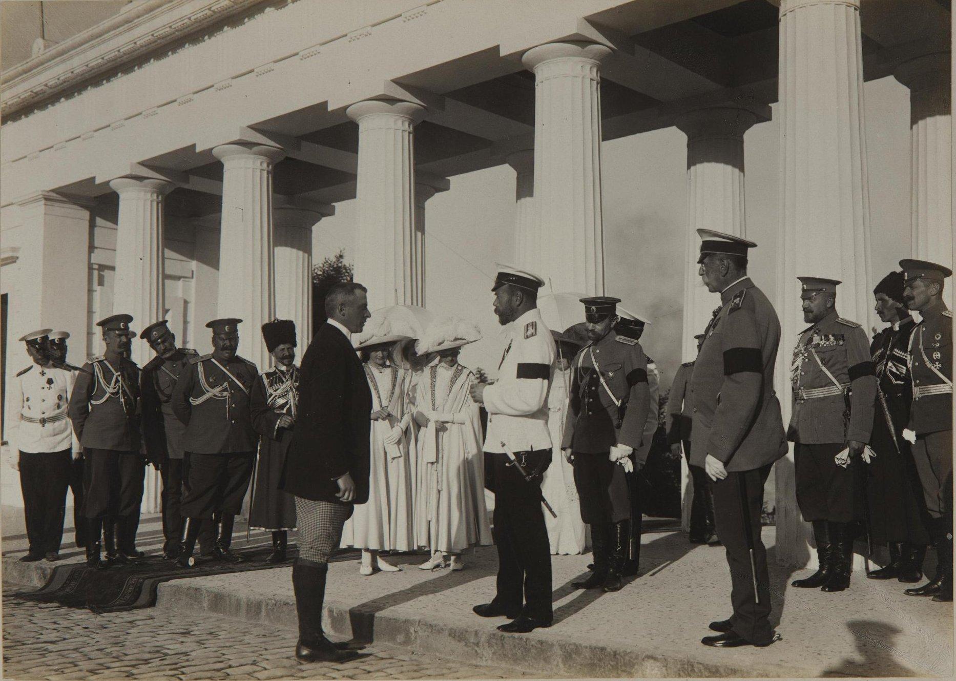 1912. Император Николай II и великие княжны Ольга и Татьяна на Графской пристани в Севастополе