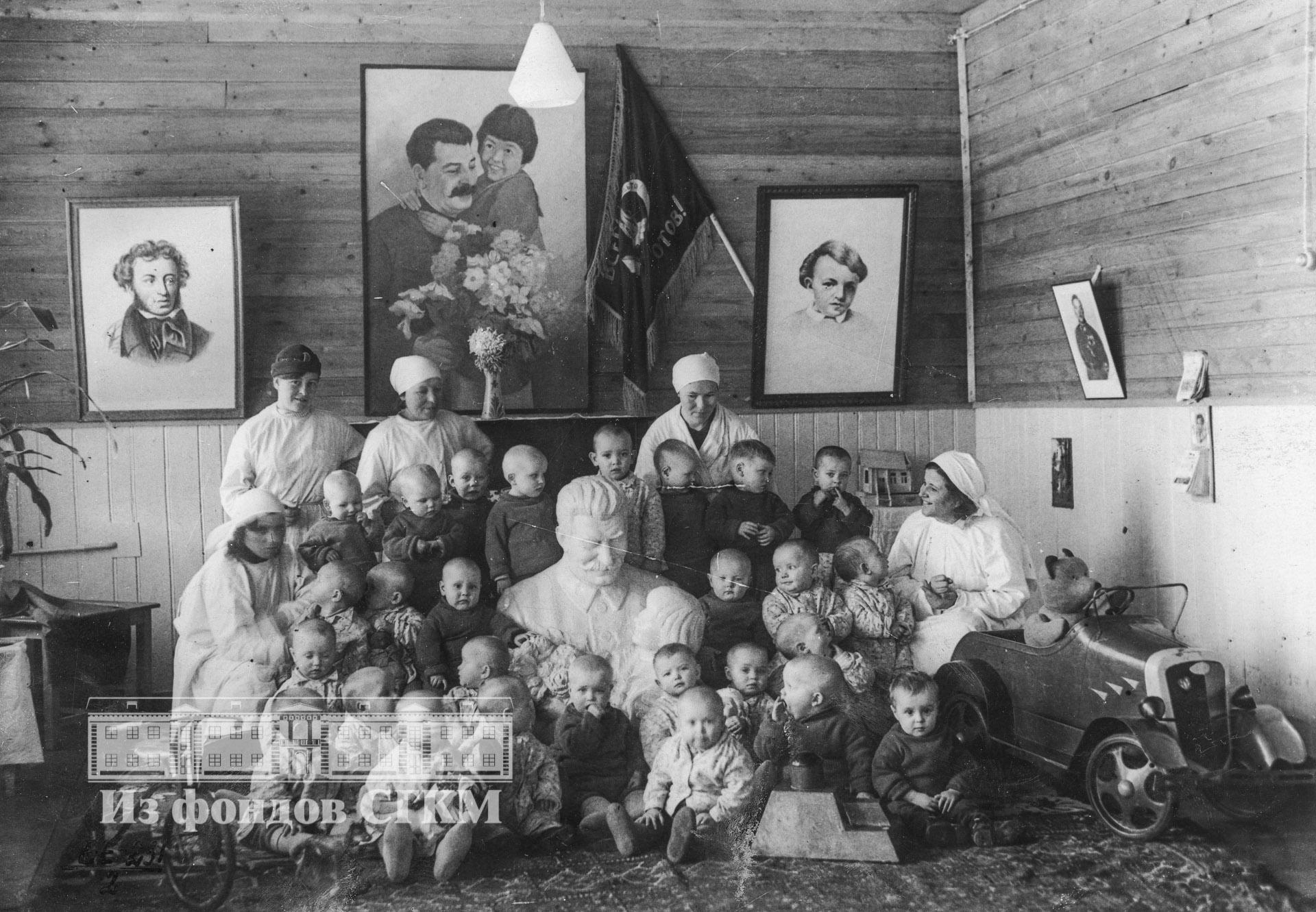 1939. В детских яслях.