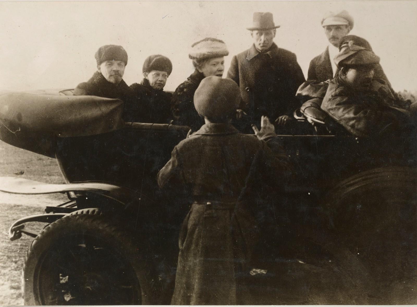 14. В.И.Ленин, Н.К.Крупская и М.И.Ульянова покидают первомайский парад