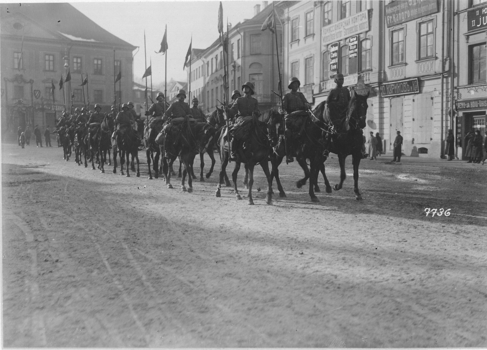 05. Немецкая кавалерия проезжает через Нарву. 28 марта
