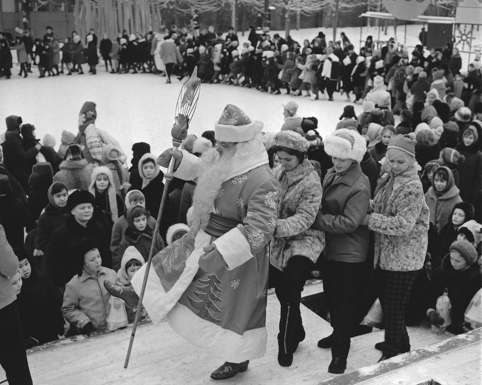 1967. Новогодние гулянья в Тайницком саду Кремля. Авторы В. Егоров, В. Мусаэльян. 31 декабря