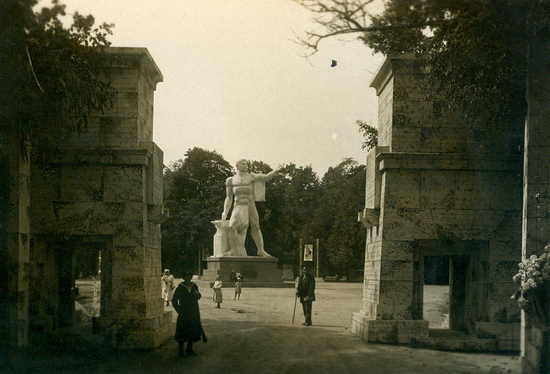 Гигантская статуя при входе в дом отдыха рабочих на Каменном острове (Каменоостровский дворец)