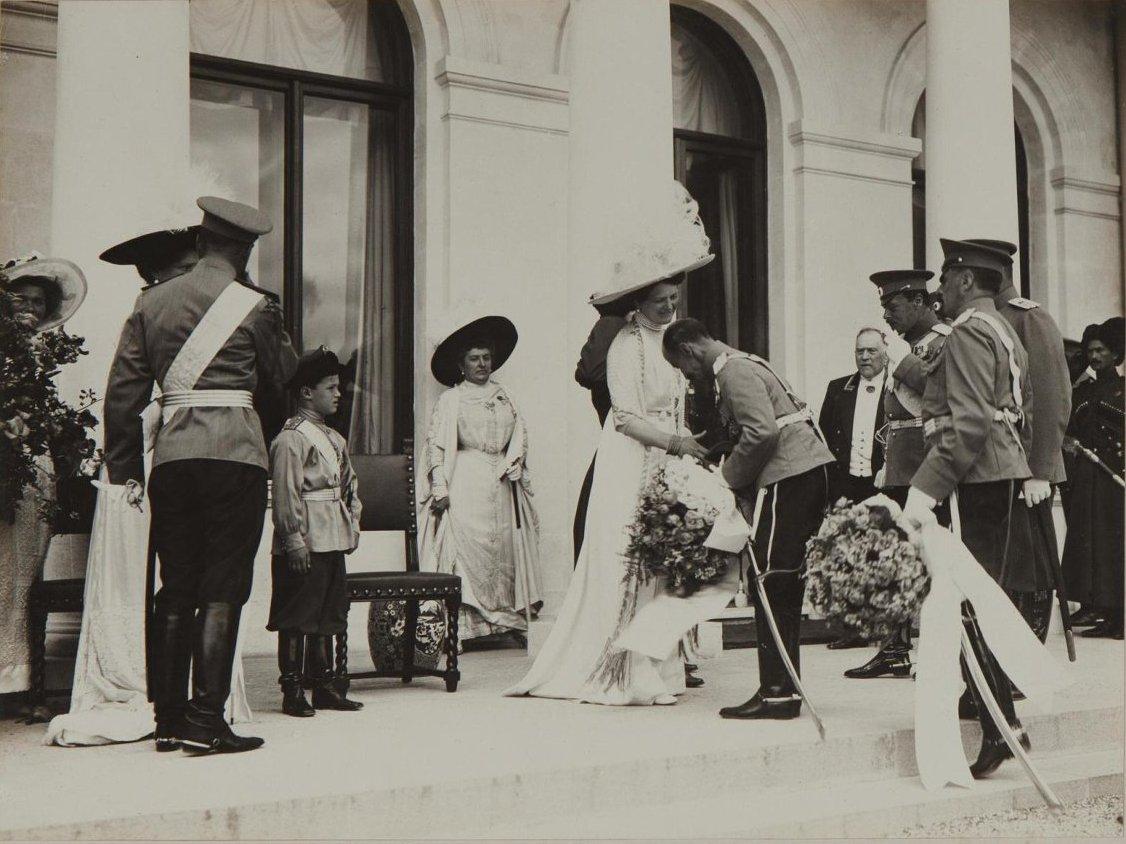 1912. Приветствие в присутствии императорской семьи в Итальянском дворике Ливадийского дворца