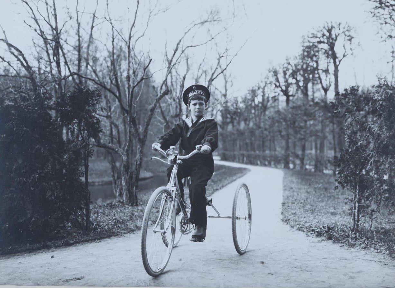1912. Наследник цесаревич Алексей Николаевич на велосипеде