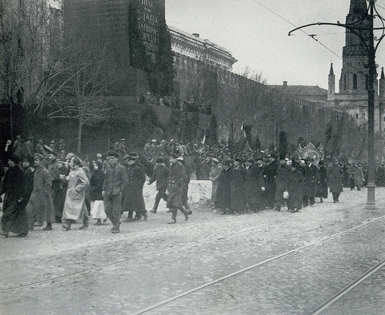 12. Демонстрация на Красной площади 1 мая.
