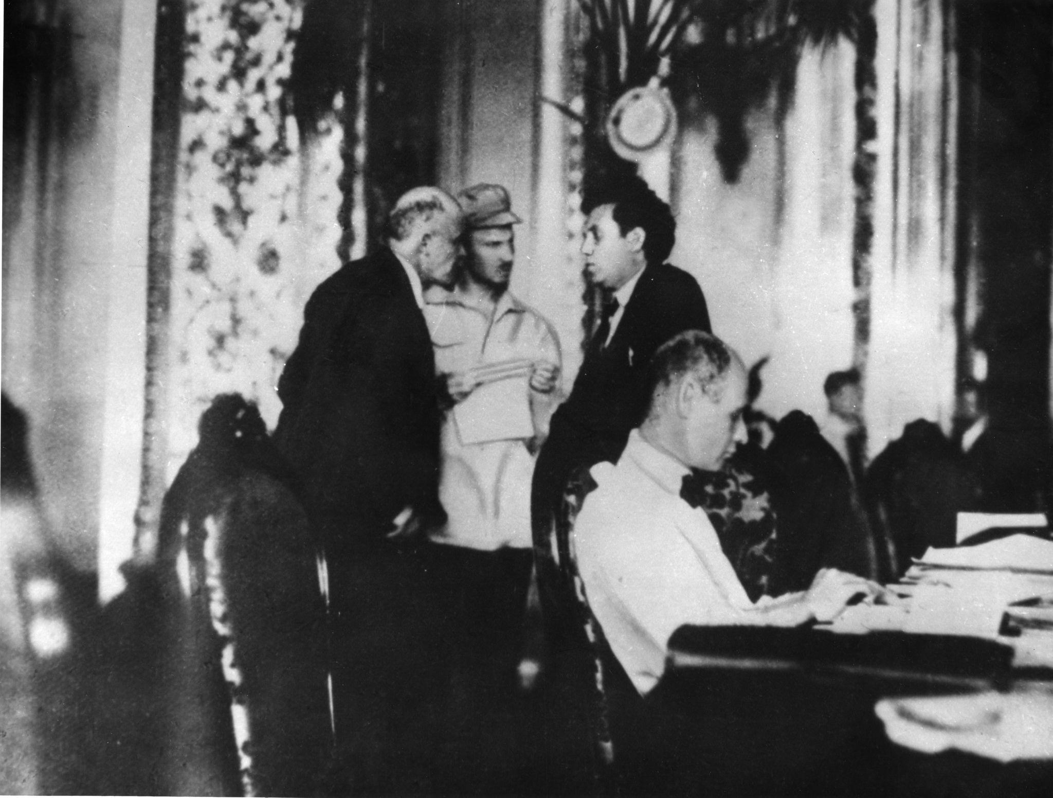 В.И.Ленин, Николай Бухарин и Григорий Зиновьев беседуют во время 2-го съезда Коммунистического Интернационала,