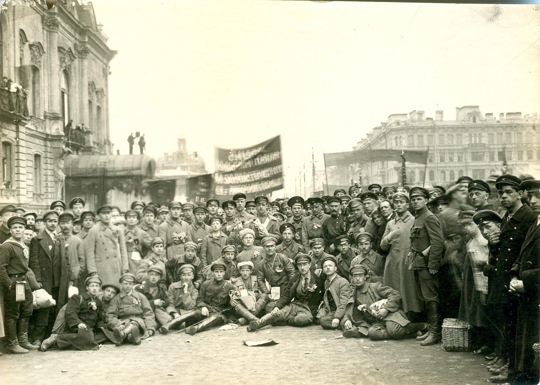 Коммунисты перед отправкой на польский фронт. Май