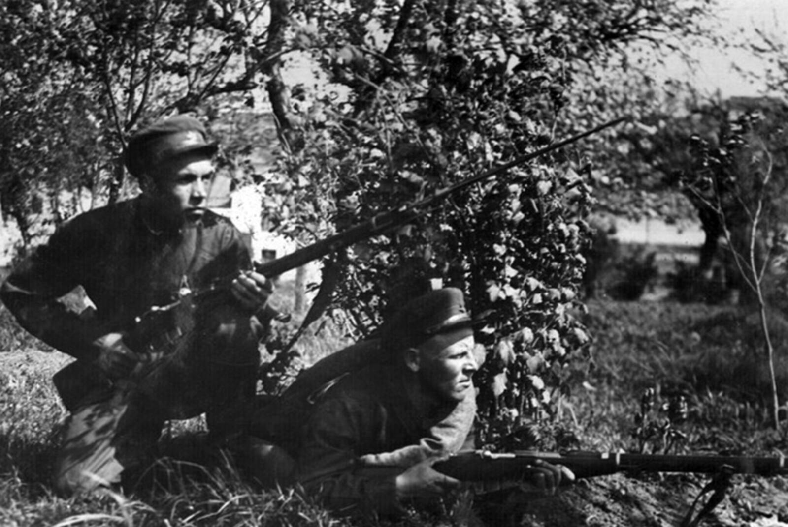 1936. Бойцы N-й пограничной заставы К.А. Сольков и А.А. Сытников в парном секрете. Май