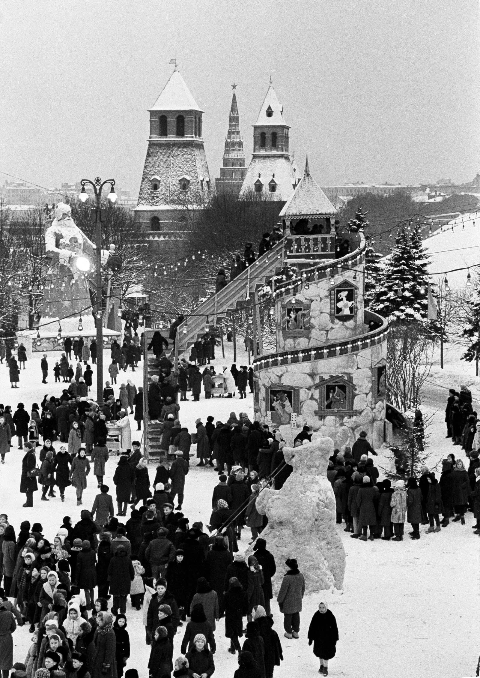 1961. В Тайницком саду во время новогодней ёлки в Кремле. Автор В. Егоров
