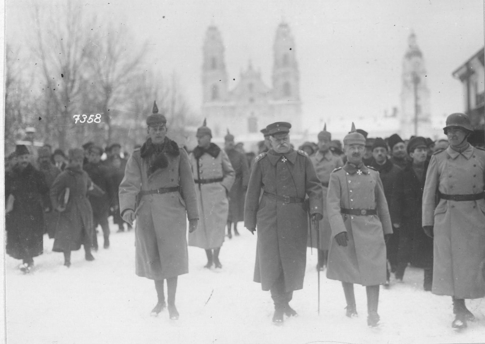 04. Генерал-фельдмаршал фон Эйххорн с чиновниками из своего штаба на осмотре захваченного города Минска. 1 марта