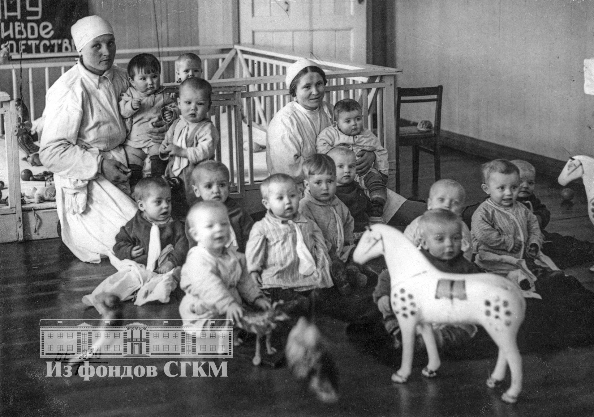 1939. В детских яслях