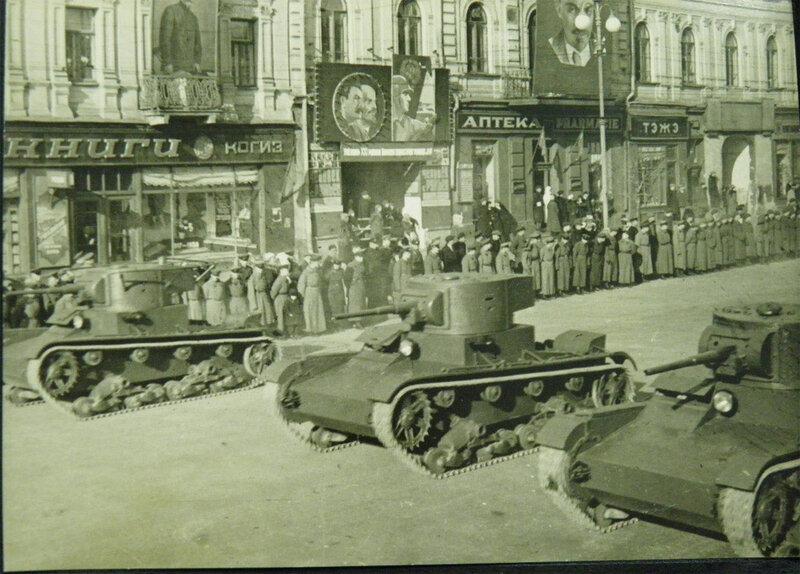 Танки Т-26 проезжают Крещатиком во время парада 7 ноября 1938 года.