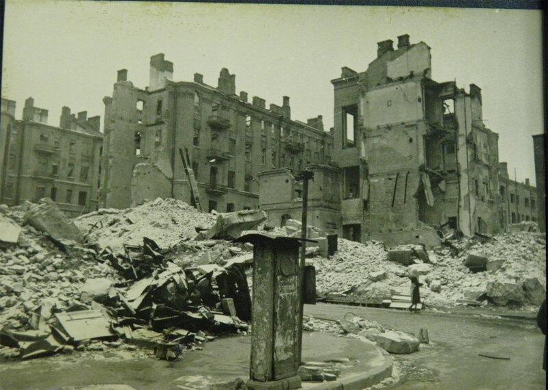 Угол Крещатика и улицы Прорезной, ноябрь 1943 года. Прорезной, а не Свердлова, улицу называет сам автор.