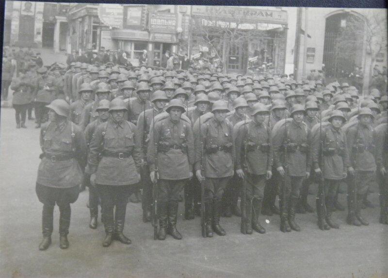 Пехотинцы на параде 1 мая 1939 года. Справа видно арку сохранившегося здания Наркомфина, слева видно Малый пассаж.
