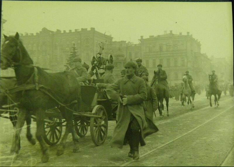 Тачанка с пулемётом Максима установленным для зенитной стрельбы проезжает мимо Оперного театра на параде 7 ноября 1930 года.