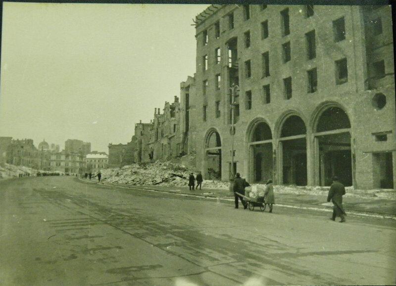 Здание старого универмага на углу Крещатика и Лютеранской улицы, ноябрь 1943 года.