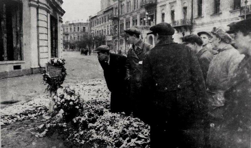 Могила Героя Советского Союза Никифора Шолуденко на площади им. Калинина.