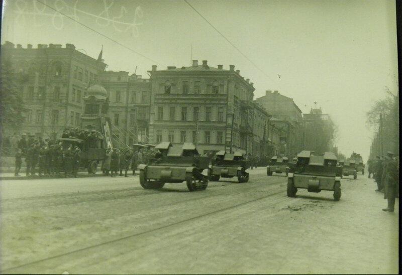 Танкетки Т-27 на Владимирской улице во время парада 1 мая 1932 года. Скромная трибуна размещается на грузовике перед Оперный театром.