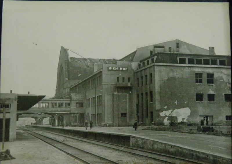 . Перрон киевского вокзала ещё с немецкой вывеской, ноябрь-декабрь 1943 года.