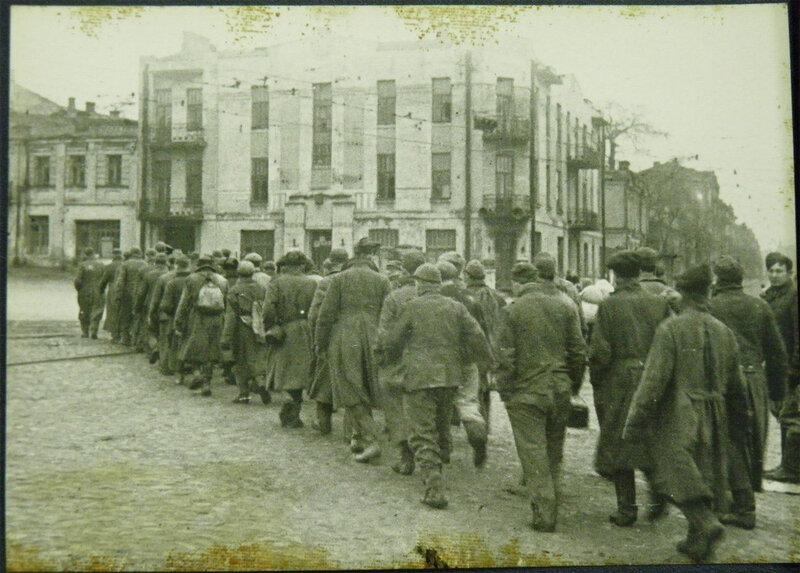 Немецкие военнопленные поворачивают с ул. Владимирской на ул. Льва Толстого, ноябрь 1943 года.