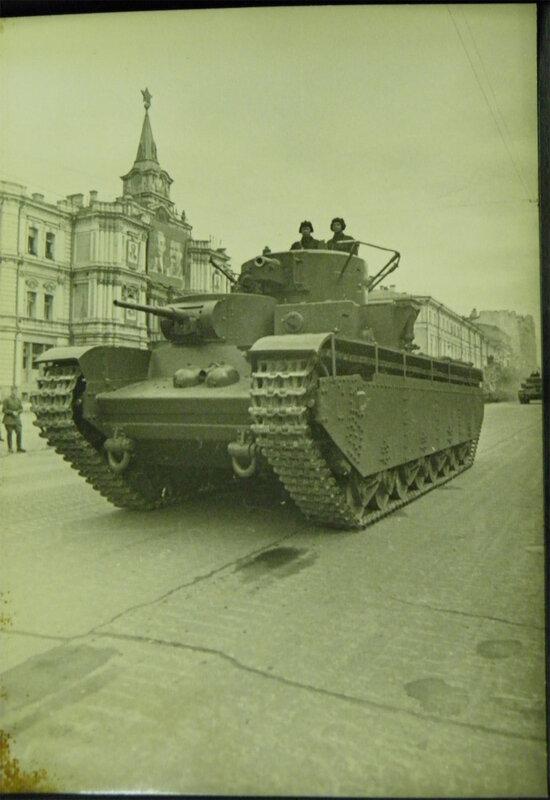 Тяжёлый танк Т-35 проезжает по Крещатику во время парада 7 ноября 1938 года.
