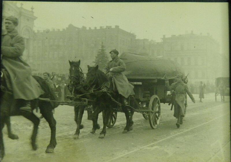 Понтонеры проходят парадом по Владимирской улице, 1 мая 1933 года.