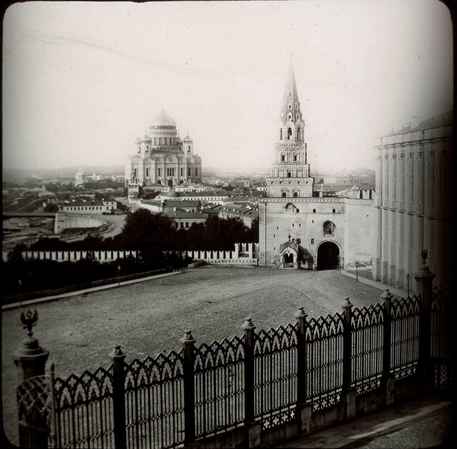 Москва. Боровицкие ворота и Храм Христа Спасителя