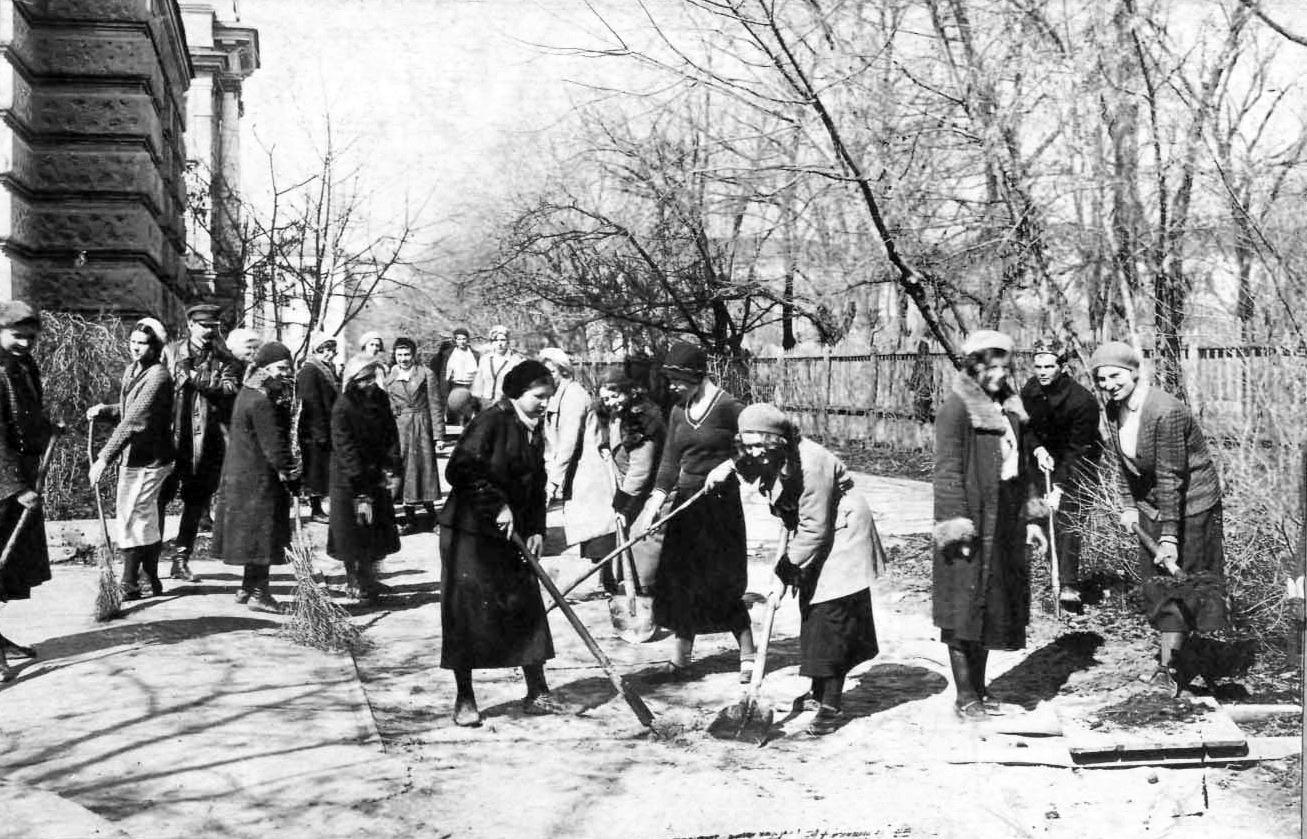 1934. Студенты биофака СГУ на субботнике. Саратов