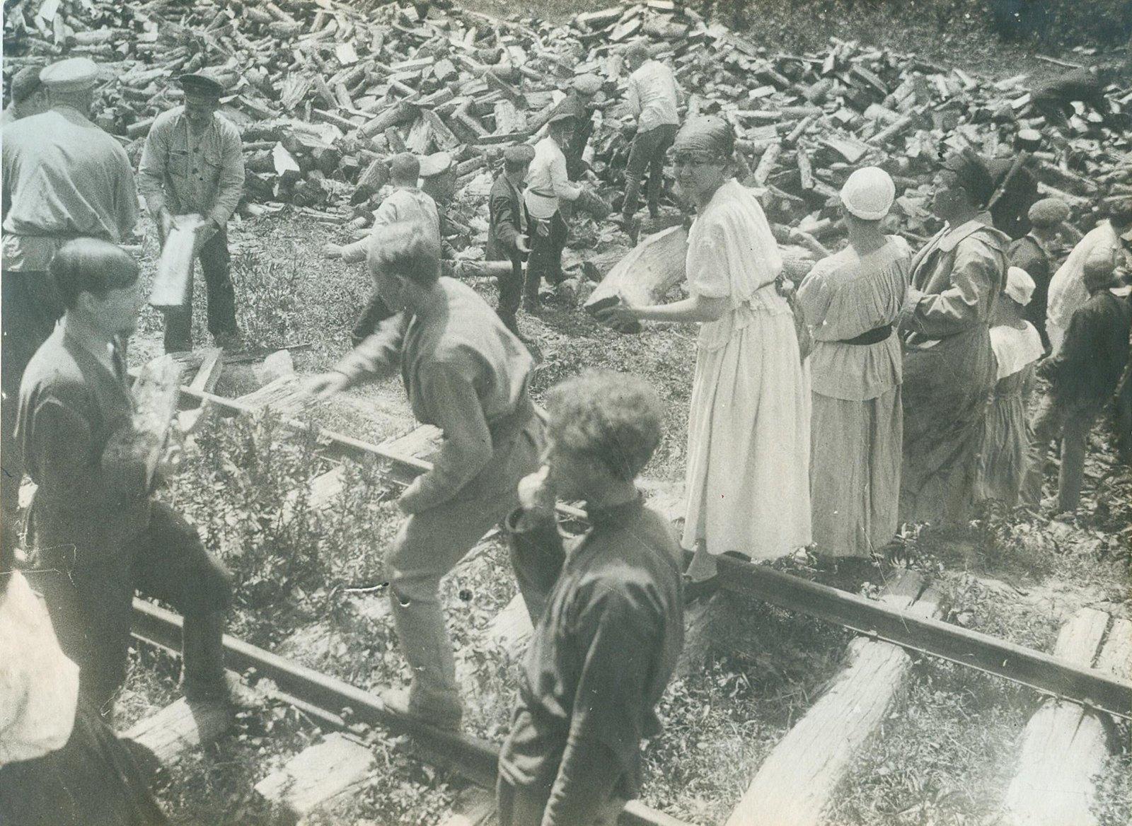 1920. Сотрудники поезда «Красный казак» на субботнике. Северный Кавказ. Апрель