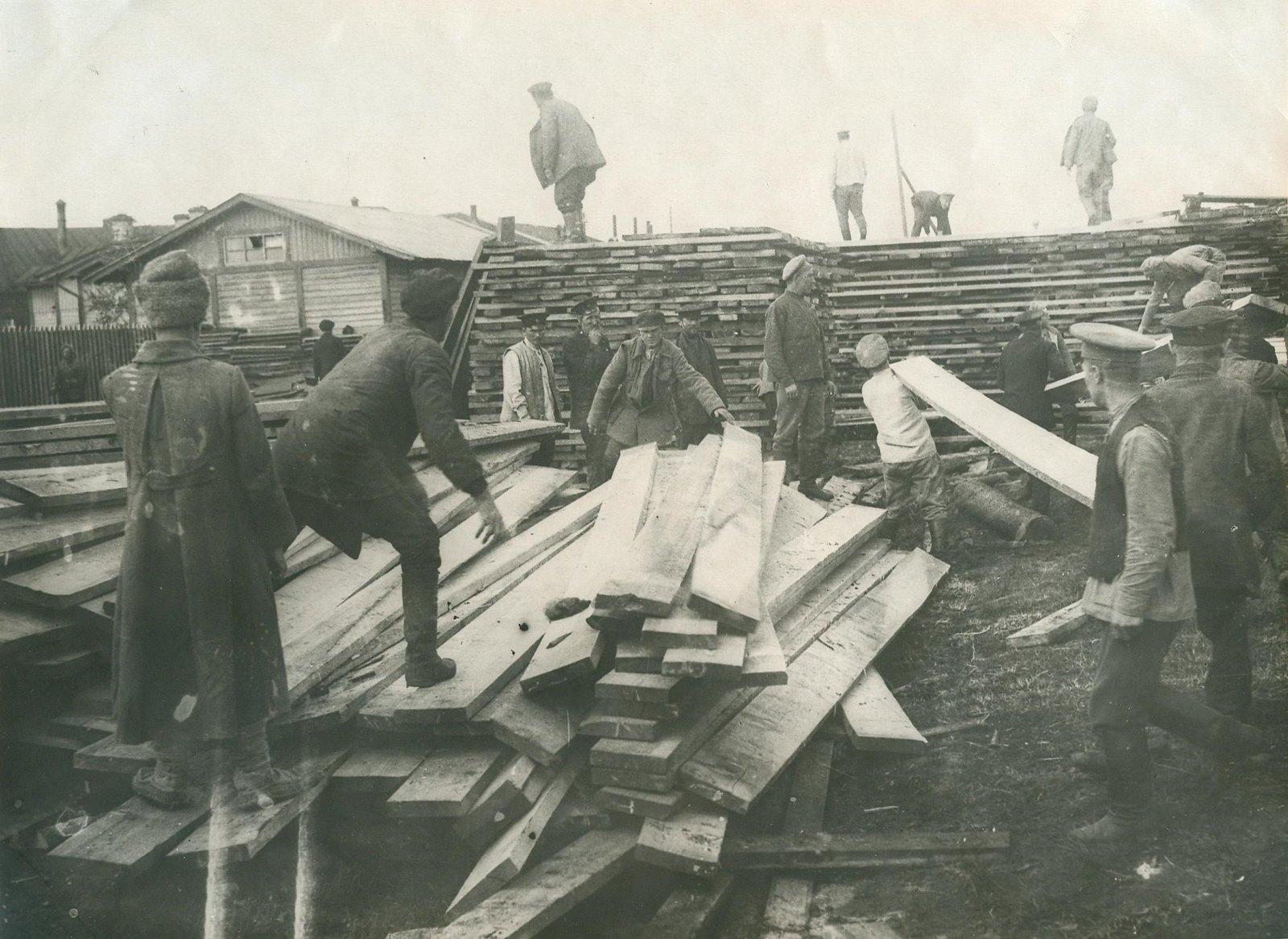 1920. Рабочие на субботнике по разгрузке досок на станции «Подмосковная»