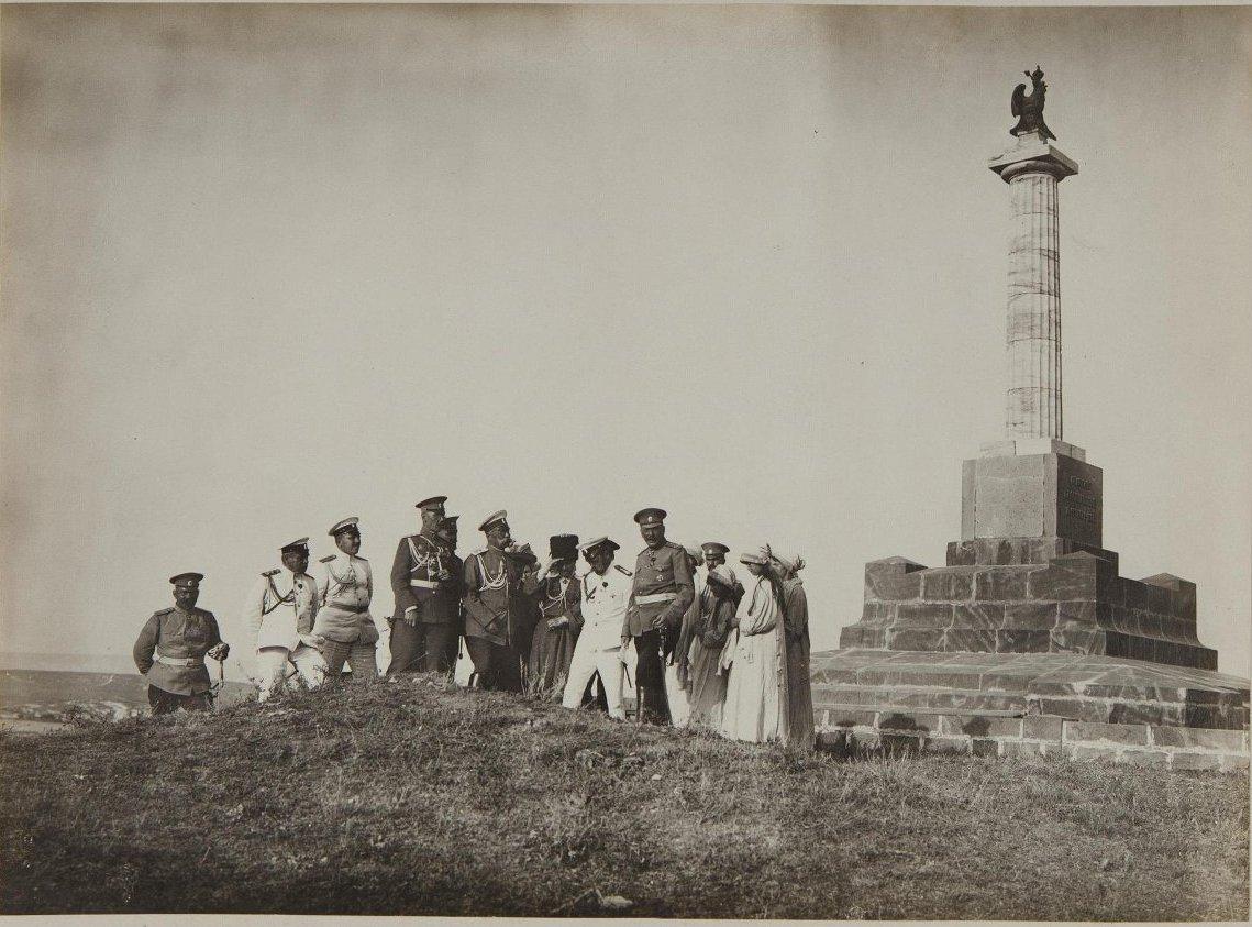 1913. Император Николай II с дочерьми около памятника в Севастополе