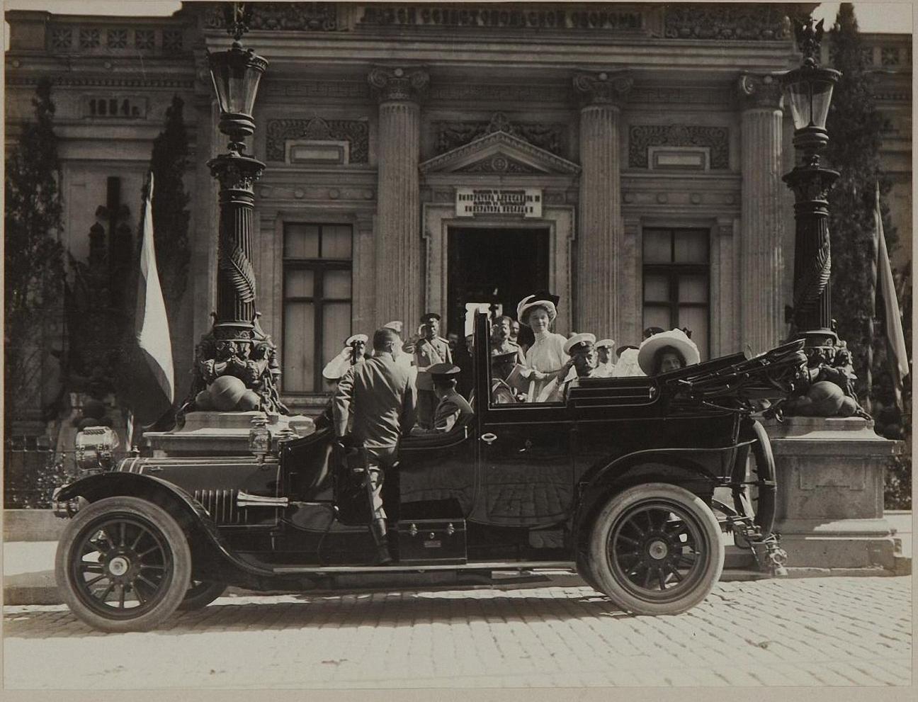 1913. Отъезд от музея Обороны Севастополя