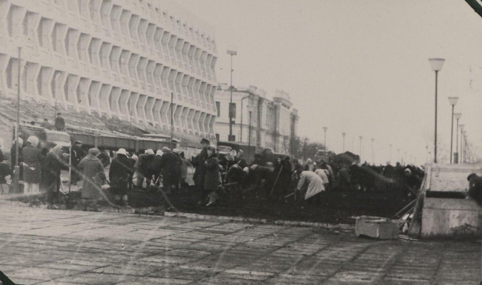 1970. Субботник граждан по приведению в порядок площадки вокруг Мемориала. Ульяновск