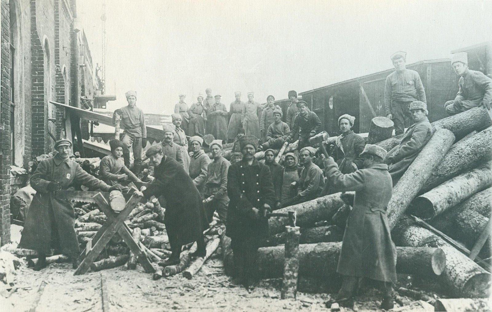 1919. Первый Коммунистический субботник на Казанском вокзале. Заготовка дров