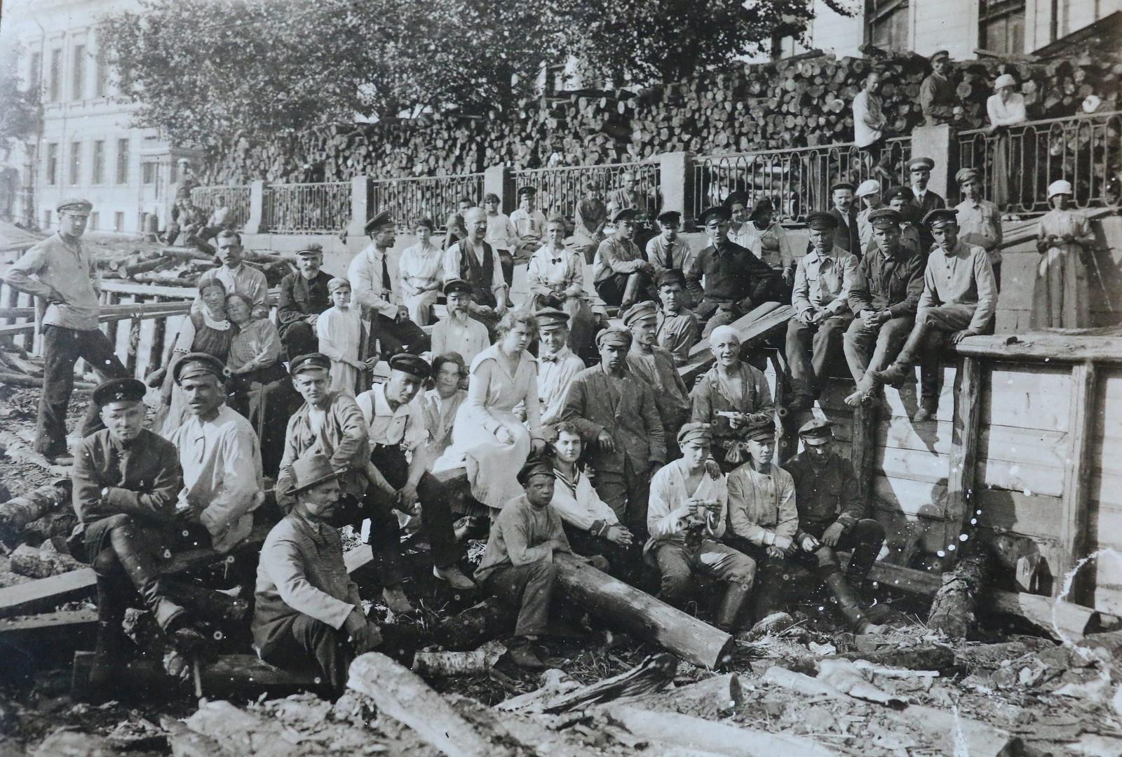 1920. Группа работников Петроградского Совета на субботнике. Июнь.