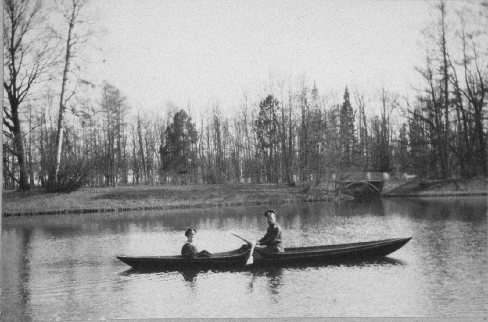 1914. Николай II и Алексей катаются на лодке. Царское село