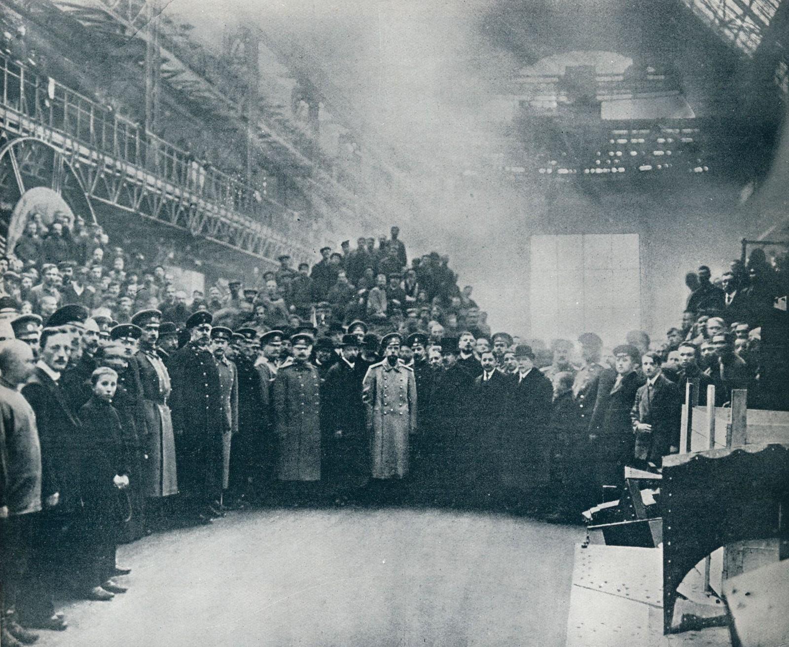 1914. Николай II среди рабочих Путиловского завода