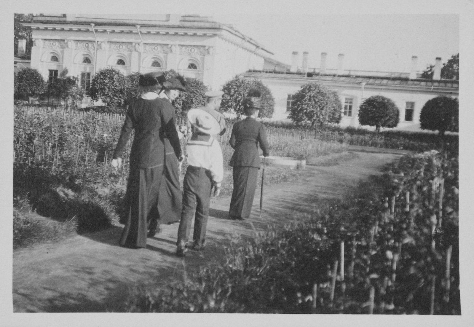 1914. Мария Фёдоровна и её гости у Оранжереи. Елагин остров