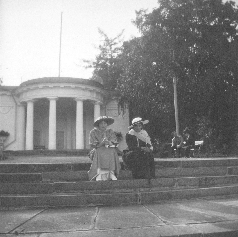 1914. Мария Николаевна и Ксения Александровна. Елагин остров