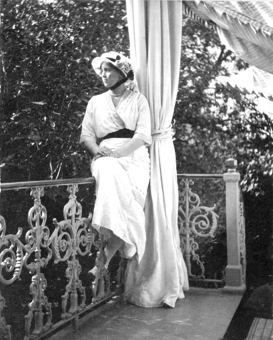 1914. Мария на балконе Александровского дворца. Царское село.