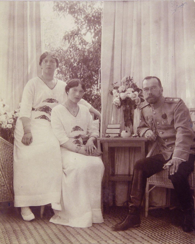 1914. Елагин дворец. Николай II с Марией и Татьяной
