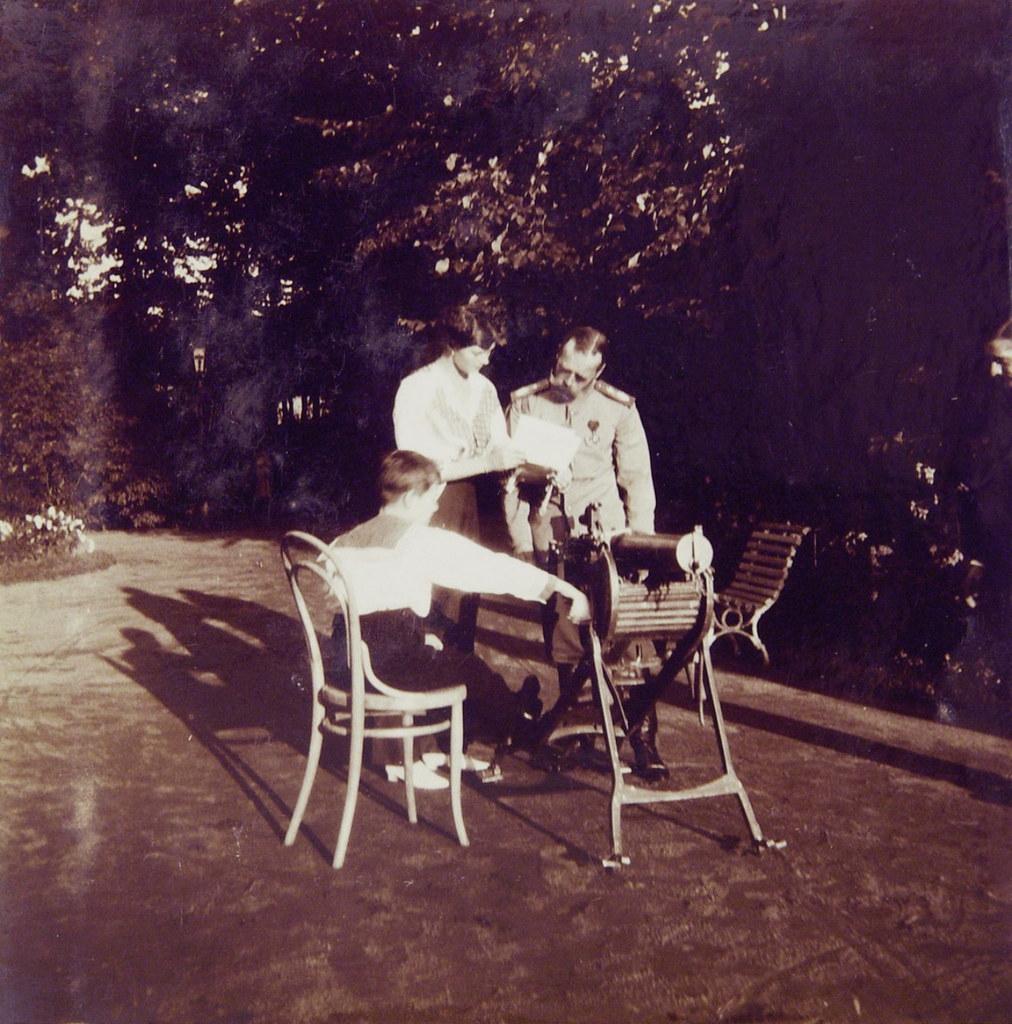 1914. Николай II осматривает трофейный пулемёт. Петергоф