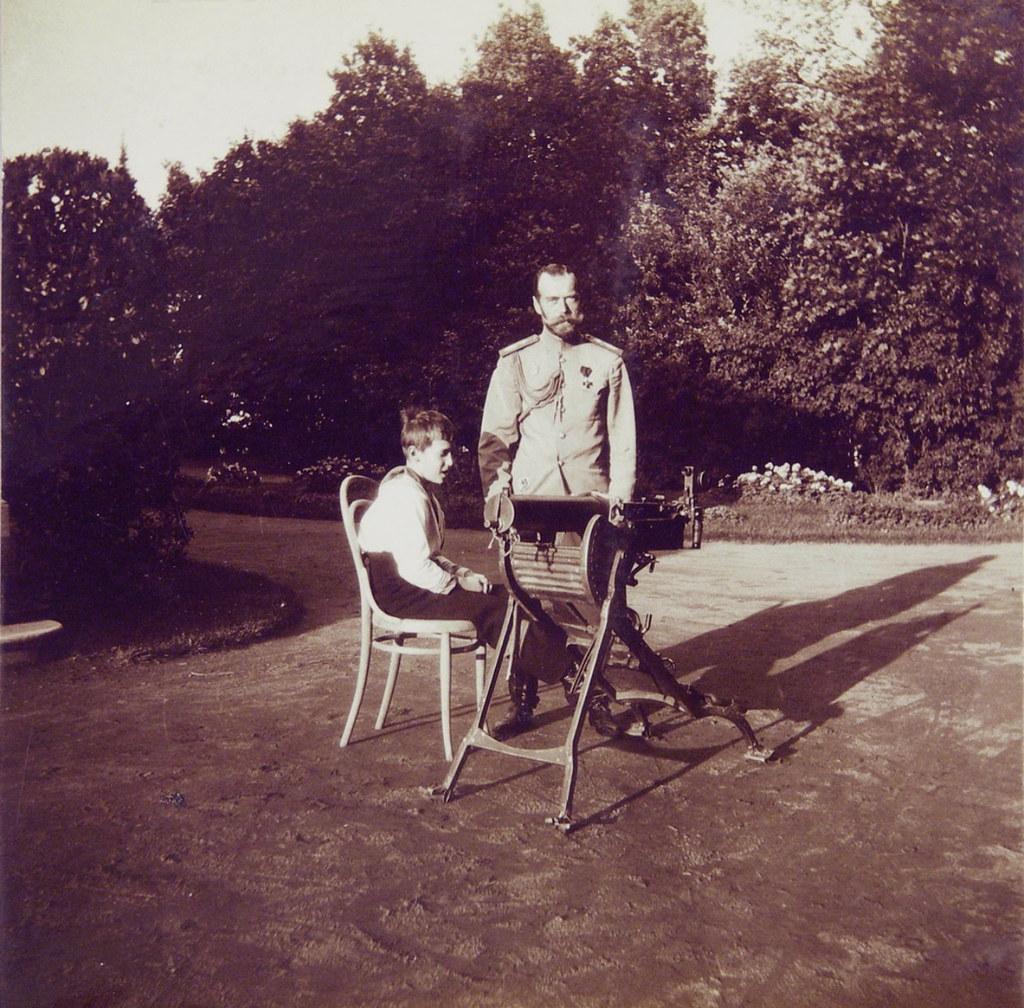 1914. Николай II осматривает трофейный пулемёт. Петергоф1